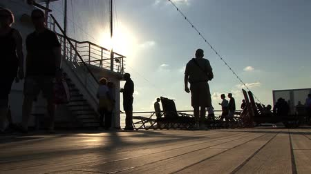 filha : People walking on a ships deck
