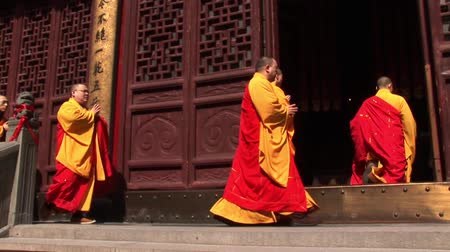 birmânia : Monks walking into a temple