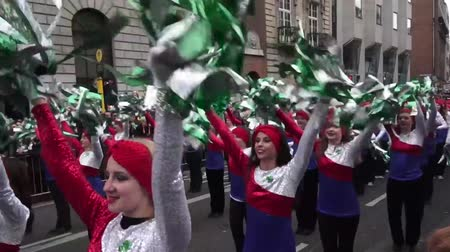irlandês : St Patricks Day Dublin Parade American Girls Stock Footage