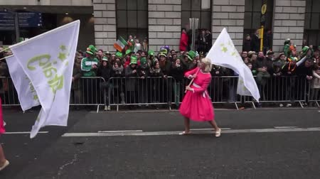 zenekar : St Patricks Day Dublin Parade Women In Pink Dresses