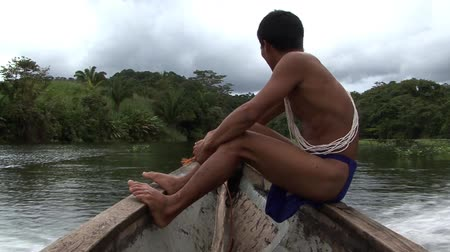 américa central : Panama Tribesman on a boat