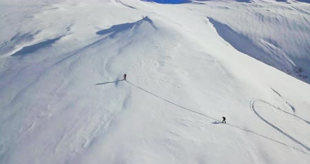 snowbord : Men go ski tour in high snow mountains. Wideo