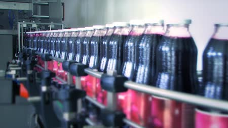 линии : Bottles full of red juice on production line in the factory Стоковые видеозаписи