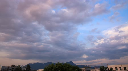 lapso de tempo : timelapse of cloudy sky from dawn to day.