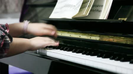 juventude : Playing piano
