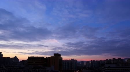 tragédia : Time lapse of daybreak clouds behind downtown,China