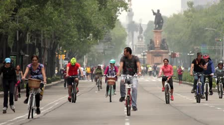 meksyk : Mexico City, Mexico-CIRCA June,2014: Cyclists and runners enjoying a Sunday trip. Mexico is implementing new measures in topics like mobility, respect and rights to cyclists, and environmental care.
