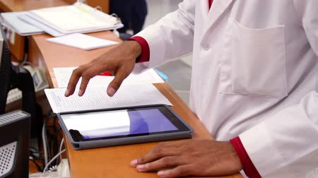 assistência médica : Mexico 2014: CLOSE UP. Doctor hands touch a tablet. Mexico has a big challenge about health care due the demand of better hospitals and medical attention.