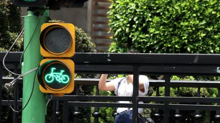 пробирка : Mexico City, Mexico-CIRCA June,2014: Cyclist light sign. Nowdays Mexico is trying to implement new measures in topics like mobility, respect and rights to the cyclists, and environmental care. Стоковые видеозаписи