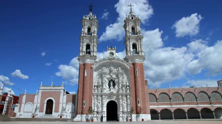 gümrük : Tlaxcala, Mexico-August 2014: TIME LAPSE-FULL SHOT. Ocotlans church. Most mexicans are Catholics due to the spanish customs. In all country you can found a great variety of Churches. Stok Video