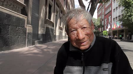 meksyk : Mexico City, Mexico-August 2014: CLOSE UP. Old man sitting in the sidewalk. In Mexico, the high rate of poverty make that many people have to live in the streets, included old people.