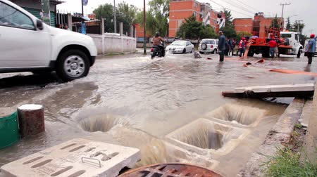 kanalizacja : C. Izcalli, State of Mexico 06Sep17. Municipal workers deplete the sewers in the housing unit Heroes Children flooded by the collapse of the dam El Angulo during torrential rains affected the area. Wideo