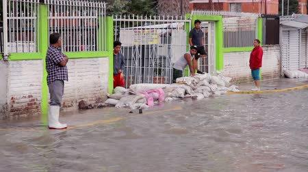 kanalizacja : C. Izcalli, State of Mexico 06Sep17. People watching the river created in the streets due the flood by the collapse of the dam El Angulo during torrential rains that affected the area.