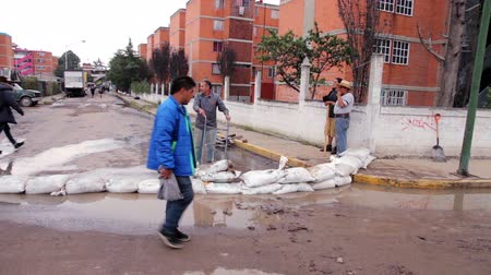 kanalizacja : C. Izcalli, State of Mexico 06Sep17. A man carry some sandbags  to protect his street due the flood by the collapse of the dam El Angulo during torrential rains that affected the area.