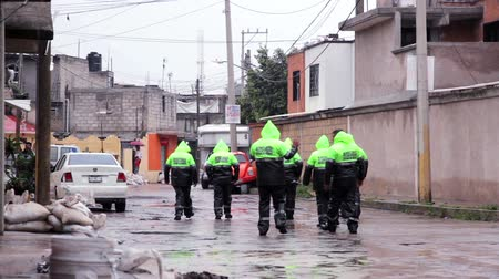 kanalizacja : C. Izcalli, State of Mexico 06Sep17. Policemen patrol the streets to help the population due the flood by the collapse of the dam El Angulo during torrential rains that affected the area.