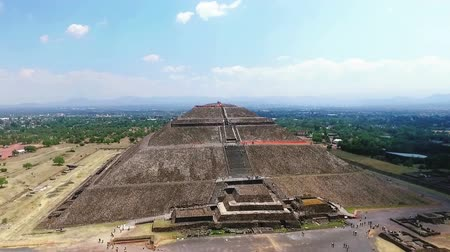 azték : Aerial view of the Sun pyramid in the ceremonial complex of Teotihuacan in Estado de Mexico, Mexico. (TAKE 2)