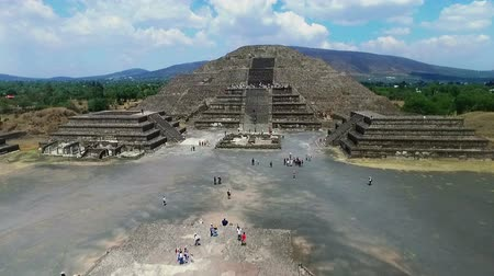 chov : Aerial view of the Moon pyramid in the ceremonial complex of Teotihuacan in Estado de Mexico, Mexico. (TAKE 4) Dostupné videozáznamy