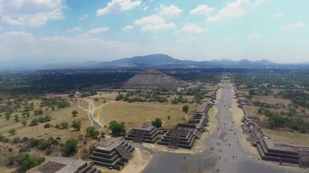 azték : Aerial view of the Sun pyramid in the ceremonial complex of Teotihuacan in Estado de Mexico, Mexico. (TAKE 3)
