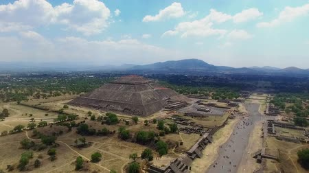 azték : Aerial view of the Sun pyramid in the ceremonial complex of Teotihuacan in Estado de Mexico, Mexico. (TAKE 4) Stock mozgókép