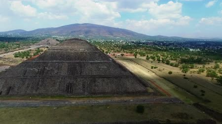 chov : Aerial view of the Sun and Moon pyramids in the ceremonial complex of Teotihuacan in Estado de Mexico, Mexico. (TAKE 2) Dostupné videozáznamy