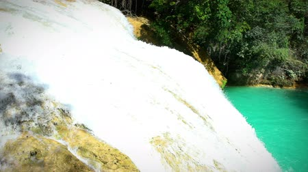 descobrir : CHIAPAS, MEXICO (PAN RIGHT): Amazing view of one of the waterfalls in the national park El Chiflon.Chiapas state contain a lot of the most beautiful ecotourism places in Mexico. Stock Footage
