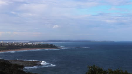 ウェールズ : A timelapse view north from crackneck lookout over the ocean towards shelly beach and the entrance on the new south wales central coast of australia
