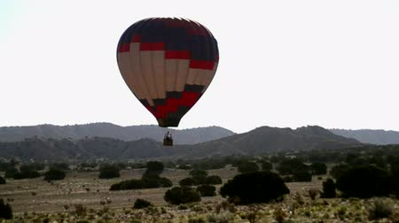 balonlar : Hot Air Balloon Flying - Desert Aerial Stok Video