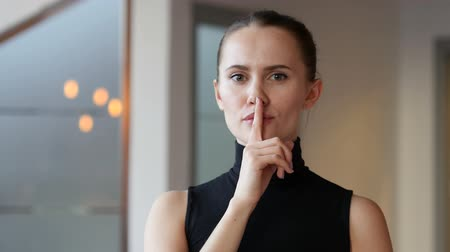 discutir : Silence, Finger on Lips of Woman in Office Vídeos