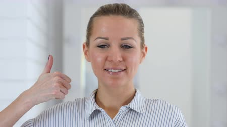 sikerül : Thumbs Up, Woman Portrait in Office