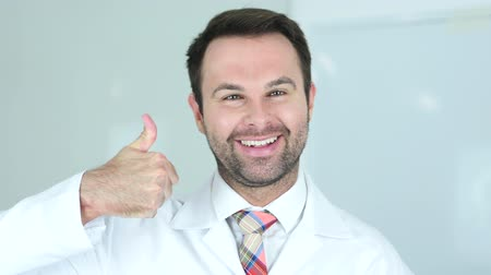 mexicaans : Portret van Thumbs Up van Doctor in Clinic Stockvideo