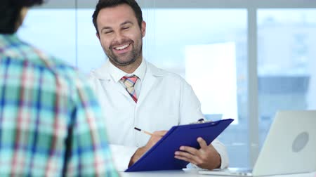 distante : Doctor Talking with Patient about Good Health News, Patient Reaction
