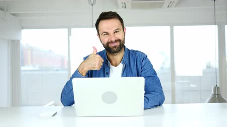 obličejový : Thumbs Up by Man Sitting in Office, Looking at Camera