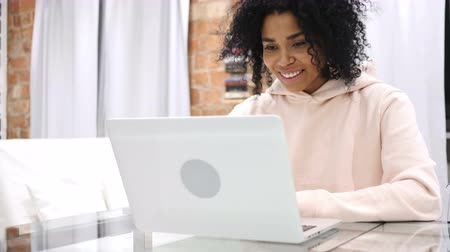 surf : Chat video online di Creative Afro-American Woman Filmati Stock