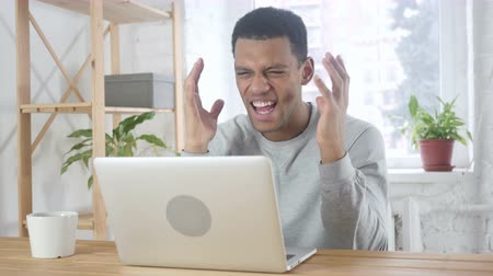 irritáció : Screaming Loud, Angry Afro-American Man going Crazy by Problems of Work