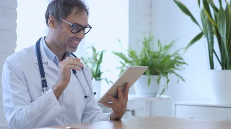 sala konferencyjna : Online Video Chat on Tablet by Doctor in Clinic Wideo