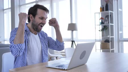 suceder : Excited Casual Beard Man Celebrating Success, Working on Laptop