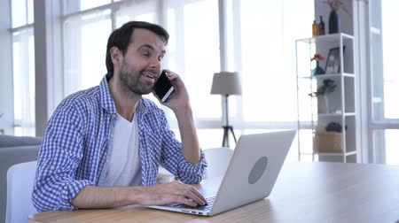 discutir : Negotiation, Casual Beard Man Talking on Phone At Work to Discuss Plan Vídeos