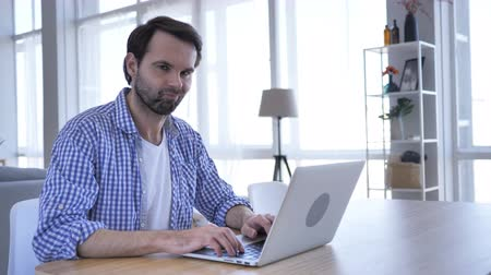 úpadek : No, Casual Beard Man Rejecting by Waving Finger, While Working on Laptop