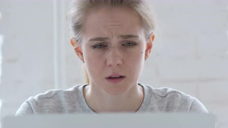 мигрень : Headache, Upset Young Woman working in Office