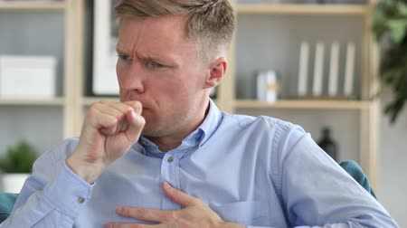 hrdlo : Cough, Portrait of Sick Businessman Coughing at Work Dostupné videozáznamy