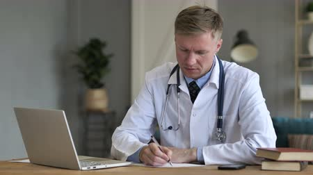 подпись : Doctor Writing Medicine for Patient