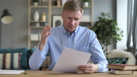 документация : Businessman Upset after Reading Documents at Work Стоковые видеозаписи