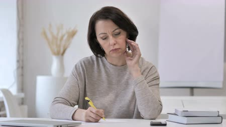 подпись : Pensive Old Senior Woman Thinking and Writing, Paperwork Стоковые видеозаписи