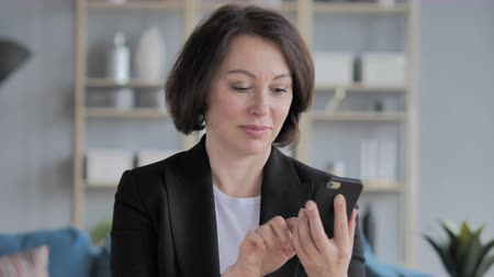 адрес : Old Businesswoman Browsing Smartphone Стоковые видеозаписи