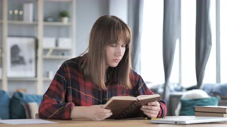 подпись : Casual Young Girl Reading Book in Creative Workplace