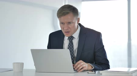 handlowiec : Shocked Businessman Working on Laptop, Astonished Wideo