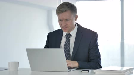 трейдер : Frustrated Angry Businessman Working on Laptop