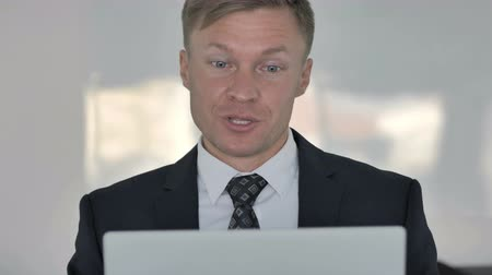 трейдер : Close up of Online Video Chat by Businessman at Work