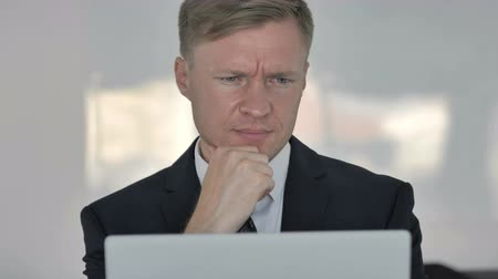трейдер : Close up of Happy Businessman Reading Email on Laptop Стоковые видеозаписи
