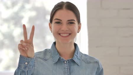 lenyűgözött : Victory Sign by Positive Young Girl